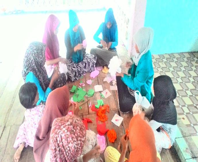 Rina Azvira menjelaskan cara pembuatan bunga dari kertas crepe kepada  anak-anak 9c31117823